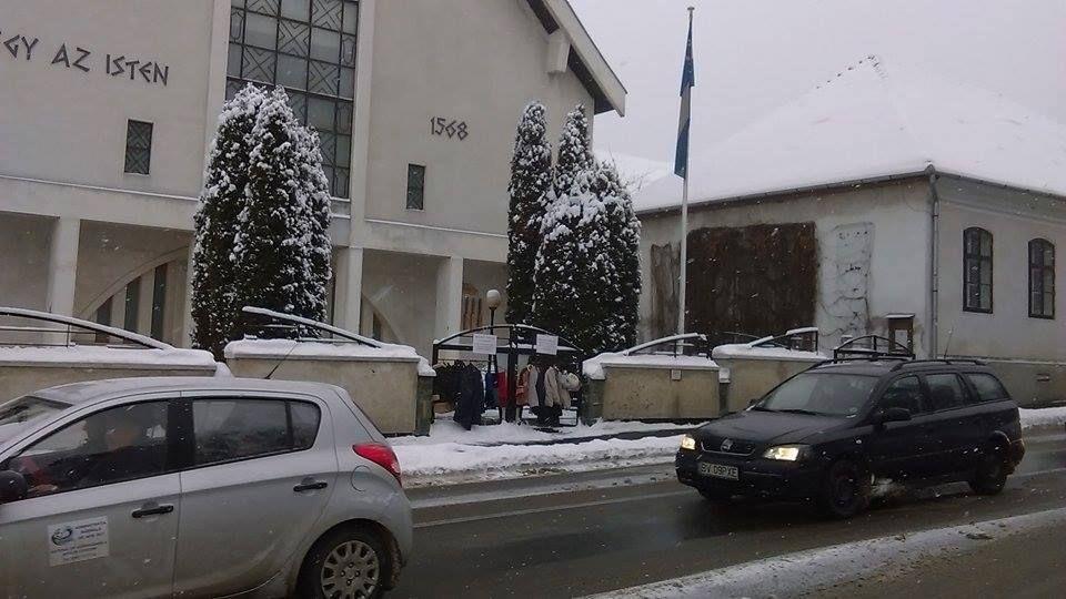 Sorakoznak a kabátok a Sepsiszentgyörgyi Unitárius Egyházközség kerítésén (Forrás: a Sepsiszentgyörgyi Unitárius Egyházközség Facebook-oldala)