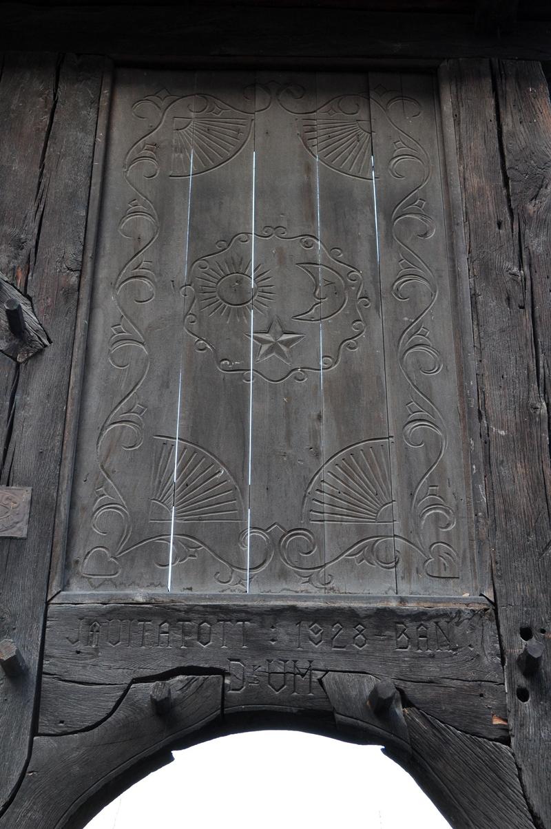 A csíki ház hátsó kertjében lévő székely kapu kaputükre; fotó: Zsók Enikő